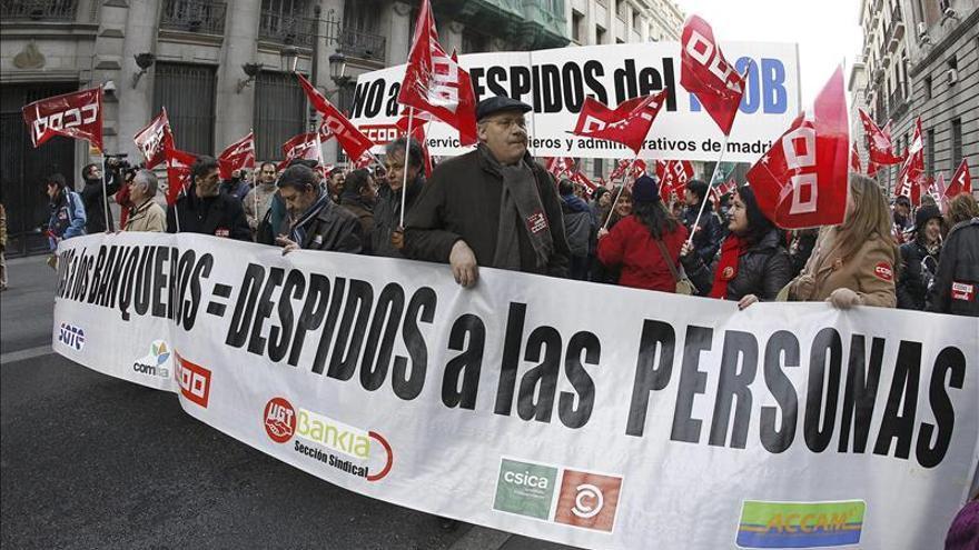 Miles de empleados de banca protestan por los despidos en el sector en varias ciudades