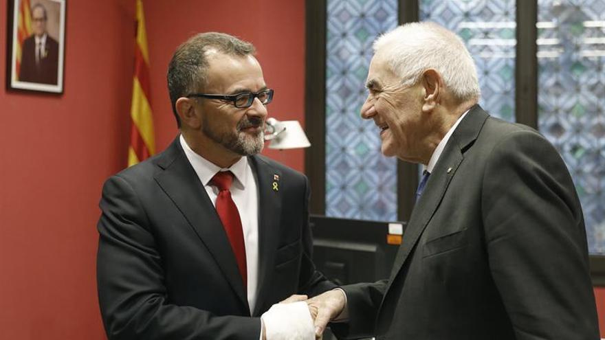 El actual conseller de Exreriors, Alfred Bosch, saluda a su antecesor en el cargo Ernest Maragall