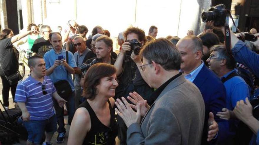 La presidenta de la Asociación de Víctimas del Metro, Beatriz Garrote, saluda al candidato del PSPV, Ximo Puig / @SocialistesVal