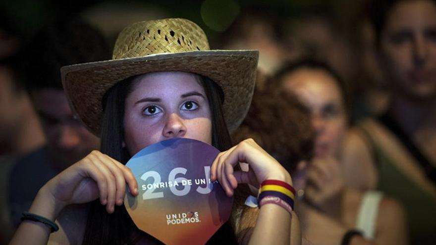 Una simpatizante de Unidos Podemos, tras conocer los primeros resultados en la plaza del museo Reina Sofia de Madrid.