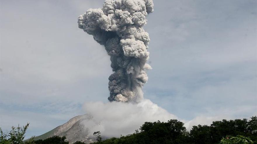 El volcán Sinabung expulsa una columna de ceniza de 4 kilómetros de altura