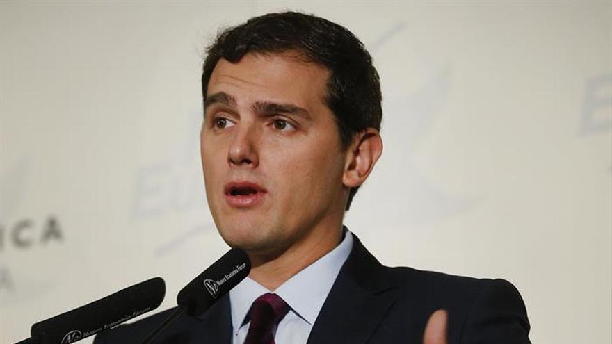 """Rivera acusa a Rajoy de no tener """"coraje"""" para pedir el escaño a Barberá"""