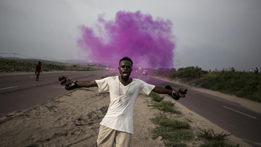 'A Fight for Democracy', serie ganadora del segundo premio en la categoría 'Noticias generales'. Un partidario de Martin Fayulu, líder de un partido de la oposición, huye del gas lacrimógeno de la policía en Kinsasa (El Congo)