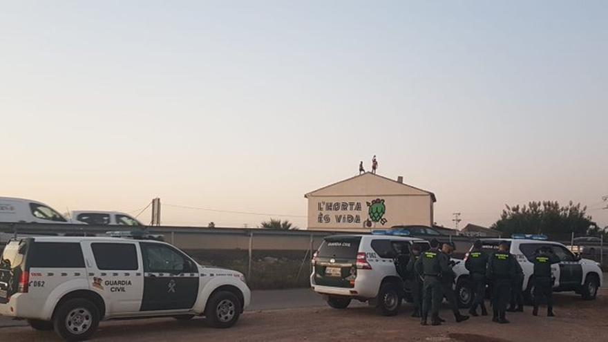 Dos activistas se encuentran en el tejado del Forn de Barraca