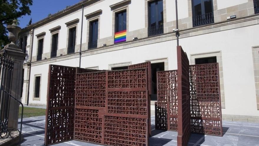 Parlamento Vasco coloca en su fachada la bandera arco iris para sumarse a las celebraciones del Día del Orgullo LGTB