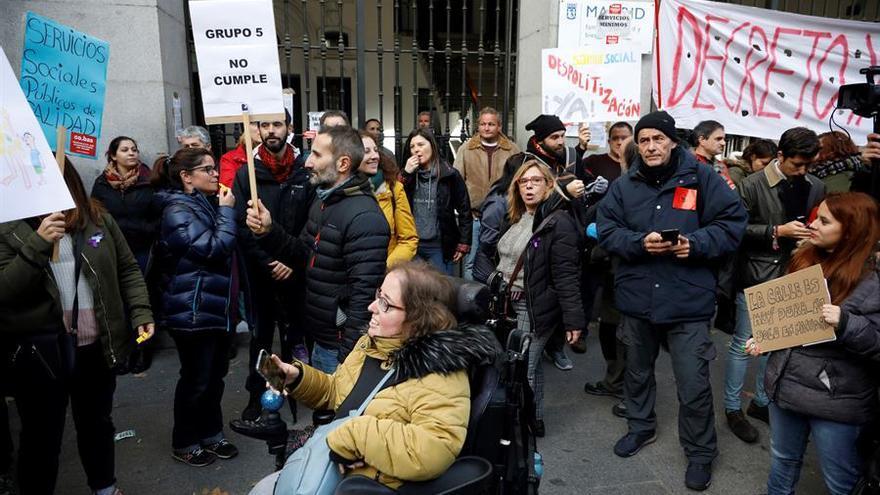 """Los trabajadores del Samur Social de Madrid protestan ante la sede del organismo en la capital con pancartas que versan """"Servicios sociales públicos de calidad"""", este lunes"""