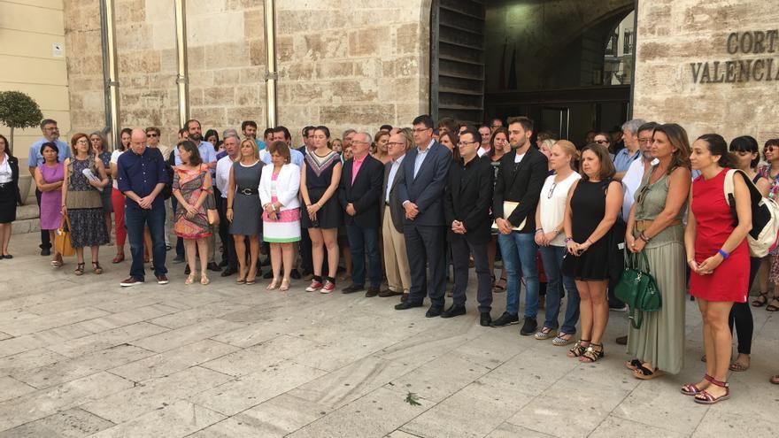 Representantes de las Corts Valencianes se han concentrado a las puertas del parlamento valenciano para condenar el asesinato machista de Benicàssim