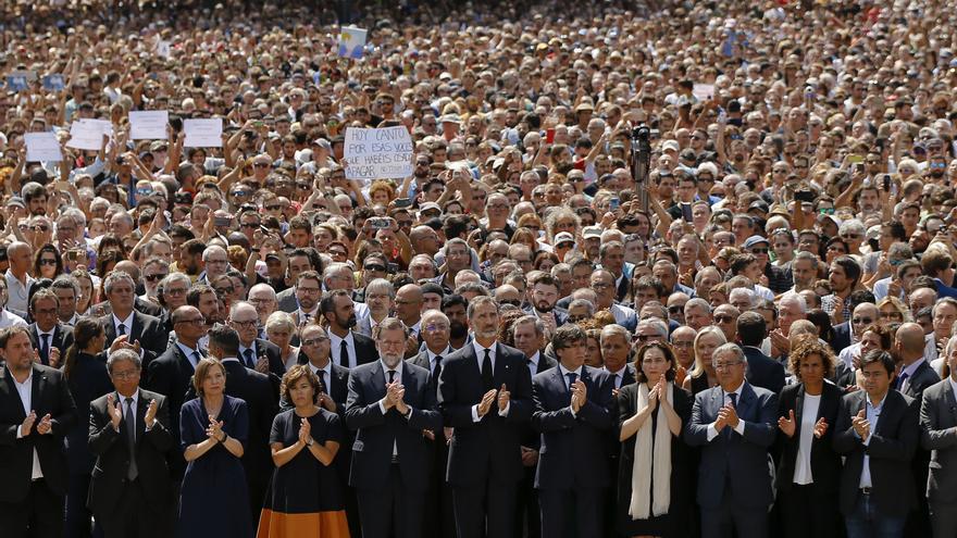 Miles de personas, con las autoridades en primera fila, en el minuto de silencio de la Plaça Catalunya de Barcelona.