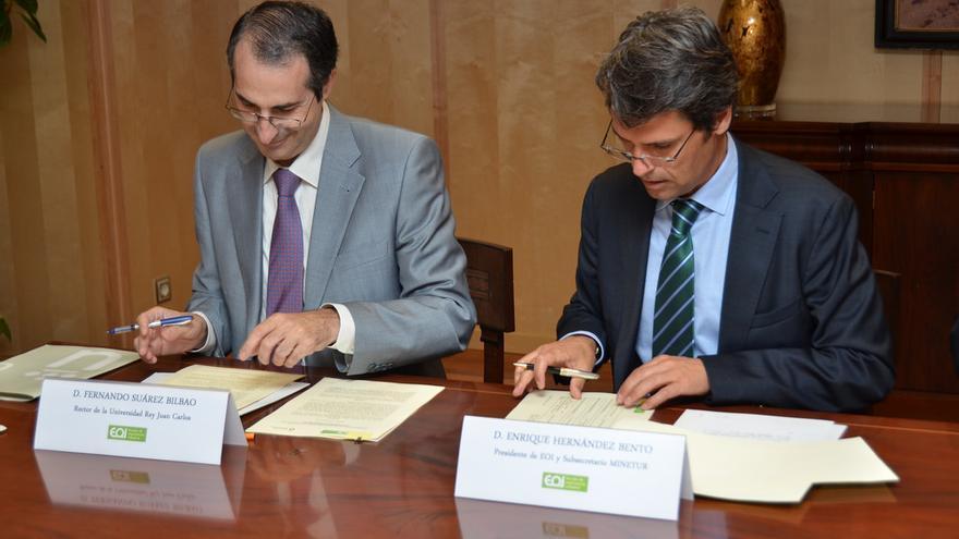 El rector, a la izquierda, firmando un convenio. Foto: Flickr