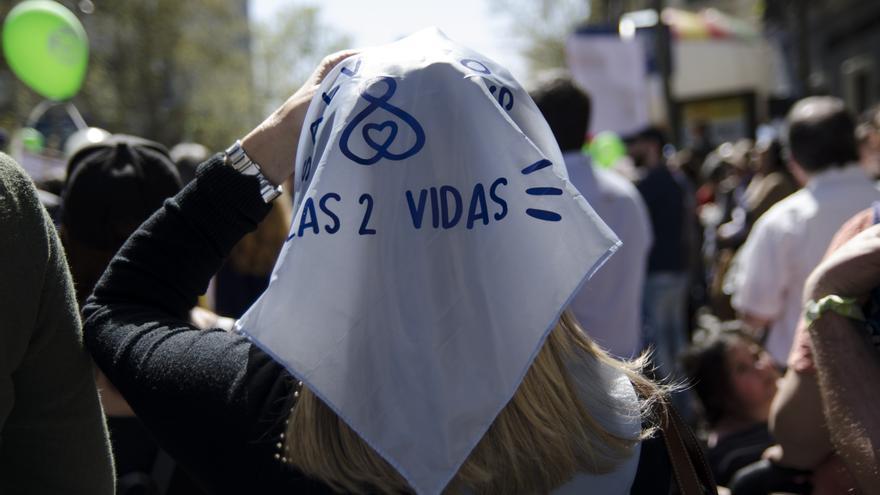 Una mujer sostiene un pañuelo contra el aborto sobre su cabeza