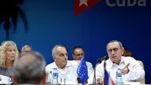 Fotgrafía toamda en abril de 2019 en la que se registró al director general de Cooperación Internacional y Desarrollo de la Comisión Europea, Stefano Manservisi (d), durante el primer diálogo sobre desarrollo sostenible Cuba-Unión Europea (UE), en La Habana (Cuba).