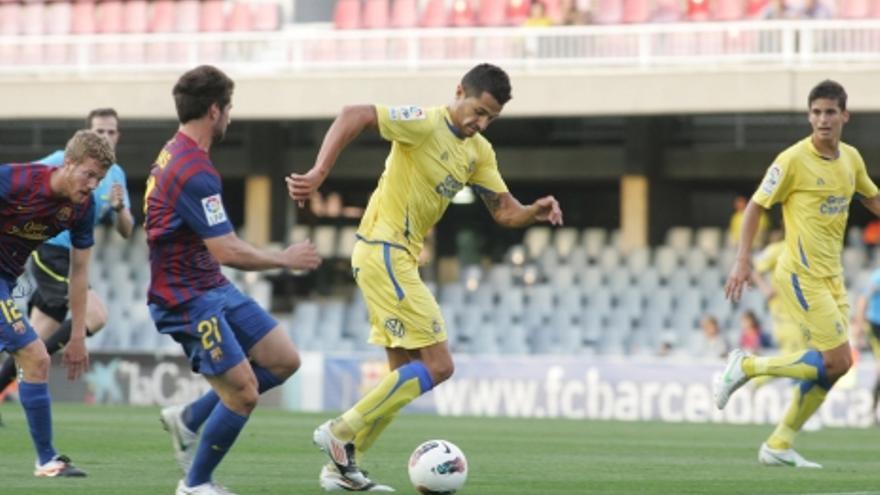 Vitolo conduce el balón con el apoyo de Sergio Suárez (ACFI PRESS).