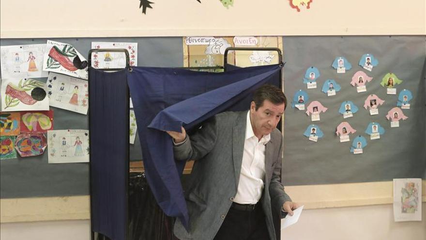 El alcalde de Atenas, George Kaminis, se dispone a votar en un colegio electoral.