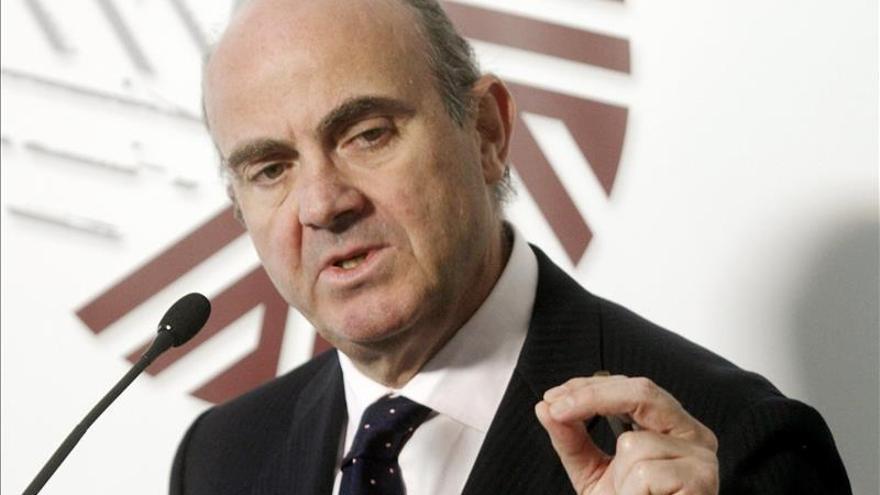 De Guindos negocia con el fondo de rescate de la eurozona más devoluciones anticipadas