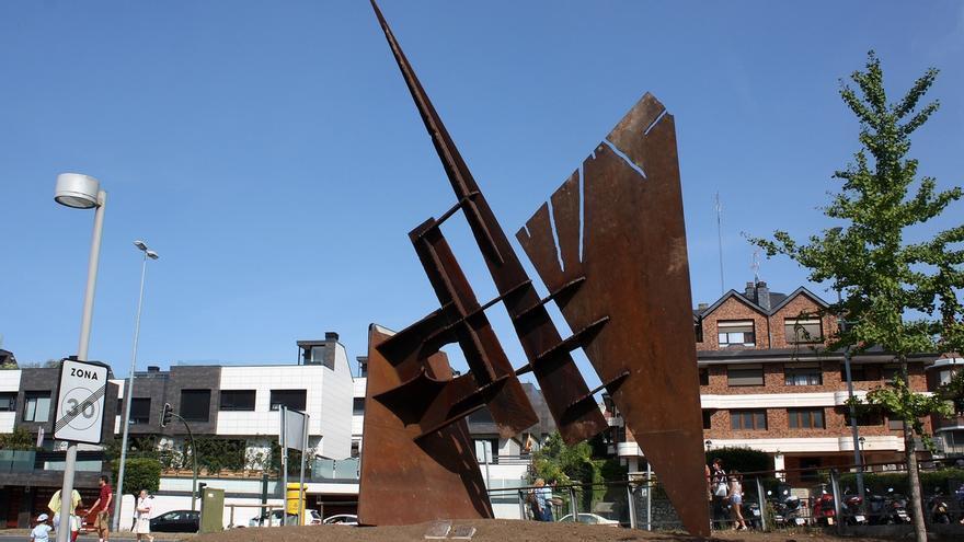 Valdecilla reubica la escultura 'Kinesis' en el acceso norte a Urgencias
