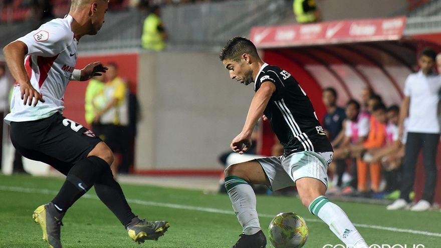 Jesús Álvaro en una acción ante el Sevilla Atlético el pasado curso