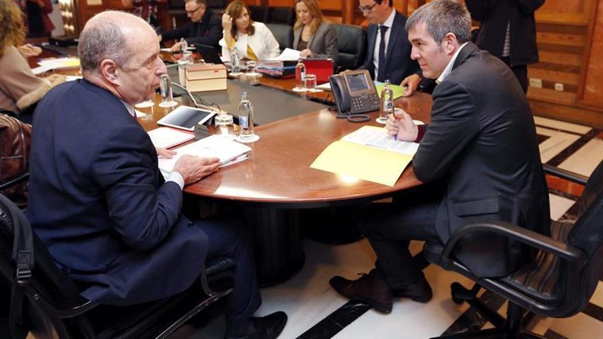 El presidente de Canarias, Fernando Clavijo (d), y el consejero de Economía, Pedro Ortega (i), durante la reunión del Consejo de Gobierno, celebrada.  EFE/Elvira Urquijo A.