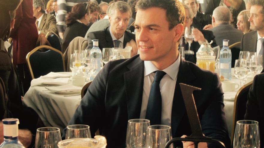 """Sánchez acusa a Rajoy de pagar """"sus malas políticas"""" con el dinero de los pensionistas"""