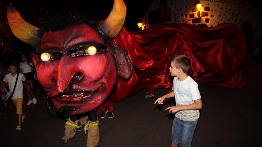 Los niños disfrutaron con la figura del 'Perro maldito'. Foto: JOSÉ AYUT.