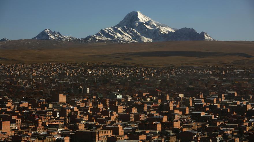 Vista de la ciudad de El Alto. La provincia de La Paz se encuentra a una media de 3800 metros de altitud. Las condiciones de vida son muy duras./ Fotografía: Olmo Calvo