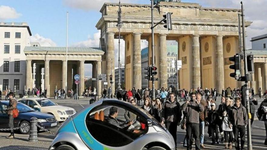 El prototipo del Hiriko, en la puerta de Brandenburgo de Berlín