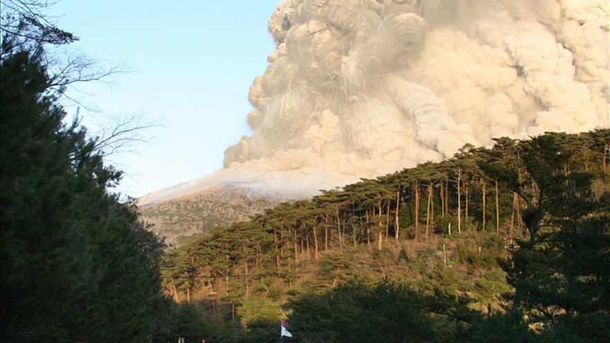 Elevan nivel de alerta tras una pequeña erupción en un volcán cercano a Tokio