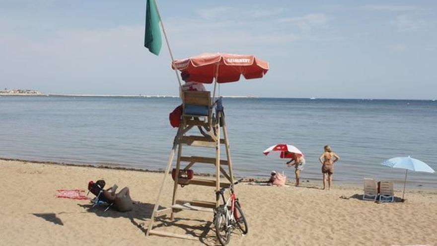 Un socorrista vigila una playa