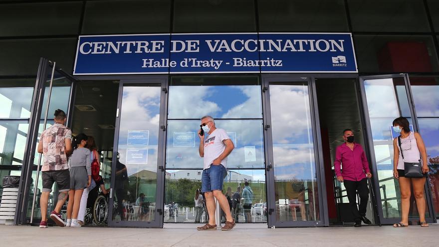 """Francia cierra el """"coladero"""" de vacunación de jóvenes españoles"""