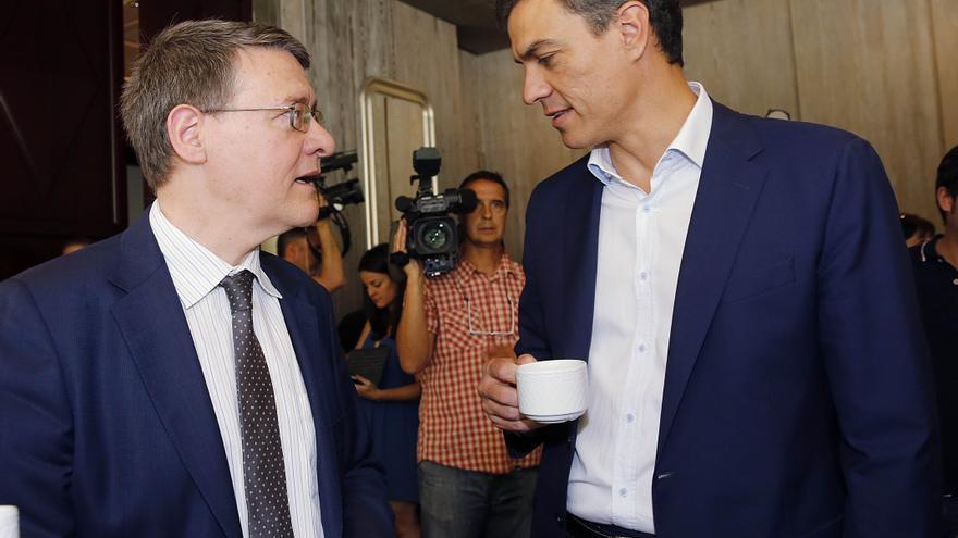 Pedro Sánchez y Jordi Sevilla conversan tras el primer encuentro del comité de expertos / Foto: Inma Mesa