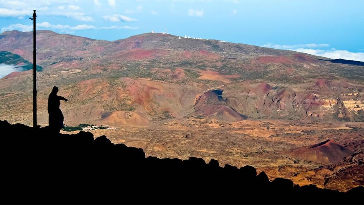 Dos senderistas miran Las Cañadas desde Altavista