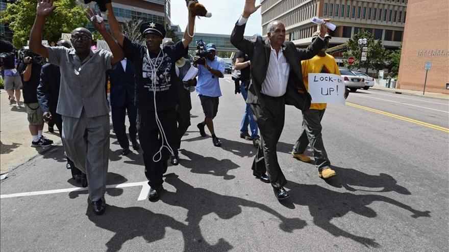 Tres detenidos en noche de protestas en Ferguson a espera de fallo de jurado