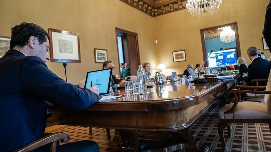 El presidente Juan Manuel Moreno, en el último Consejo de Gobierno con muchos consejeros ausentes.