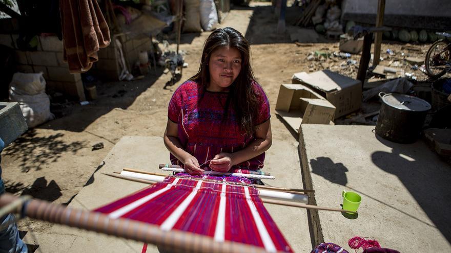 Una mujer de San Juan Atitán teje un huipil con los colores típicos del lugar