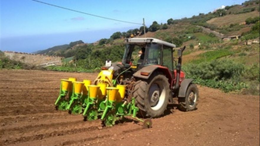 Un Agricultor Trabaja Las Tierras Con Un Tractor