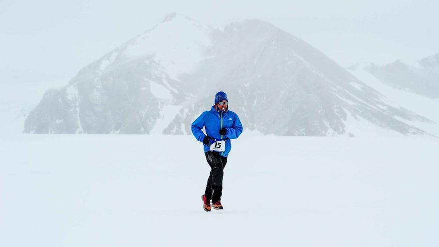 Participante de la edición 2015 del Antarctic Ice Marathon (© Antarctic Ice Marathon).