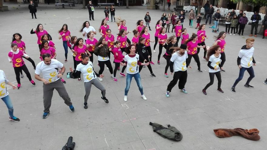 Cerca de 140 personas participan este sábado en Pamplona en el 'flashmob' joven del INDJ