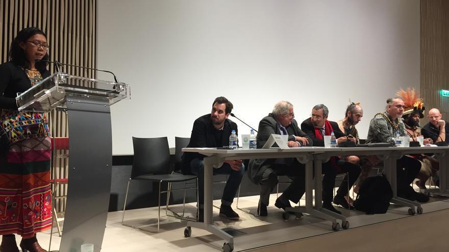 Mina Setra, líder indígena de defensa de los derechos humanos de la étnia Dayak Pompakng de Indonésia, durante la Conferencia Pueblos Indígenas frente al cambio climático, UNESCO, París 25 noviembre / Foto: Luna Gámez