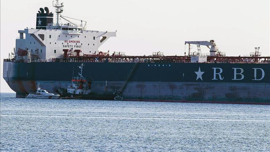 Una embarcación RBD con 150 inmigrantes rescatados espera para entrar en el puerto de Corigliano Calabro. / EFE
