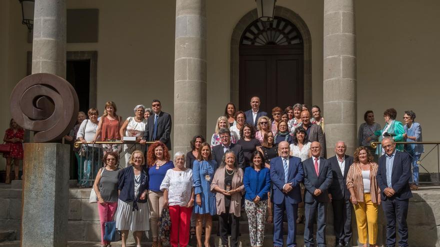 Foto de familia en el Parlamento de Canarias.