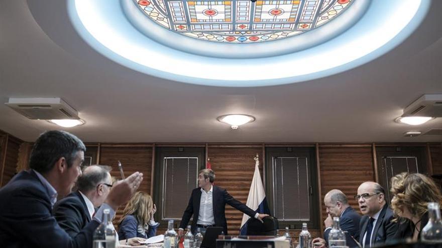 El presidente del Gobierno, Fernando Clavijo, momnetos antes de presidir la reunión del Consejo de Gobierno. EFE/Ángel Medina G.