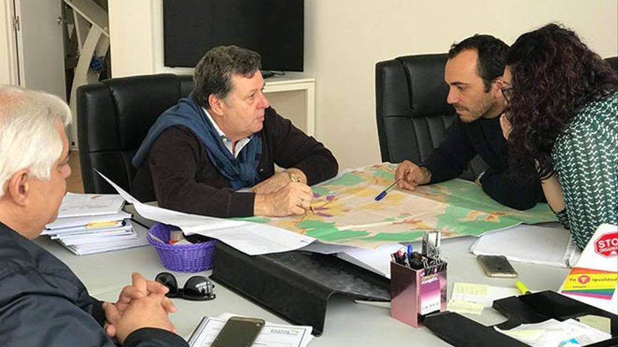 La diputada del Congreso de la formación morada Carmen Valido y el consejero del Cabildo de Fuerteventura Andrés Briansó se reunieron el pasado con el coordinador del PIOF.