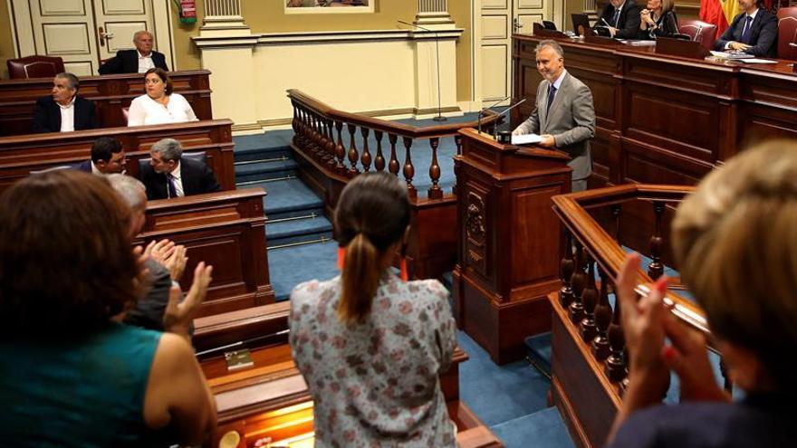 Los diputados socialistas aplauden al término del discurso de investidura del candidato Ángel Víctor Torres para presidir el Gobierno de Canarias.