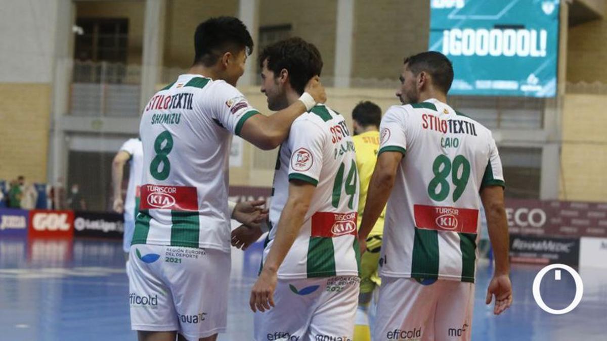 Shimizu y Pablo del Moral celebran un gol en Vista Alegre