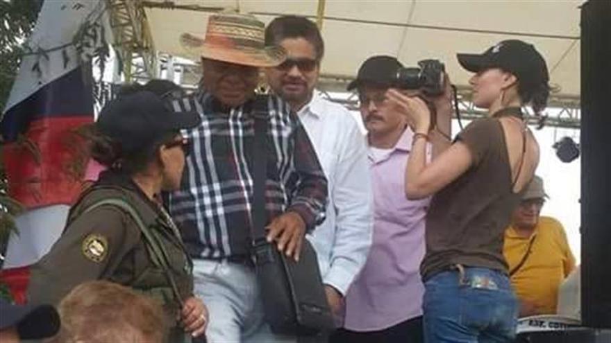 """Gobierno colombiano cree que es una """"torpeza"""" la visita armada de delegados de las FARC a civiles"""