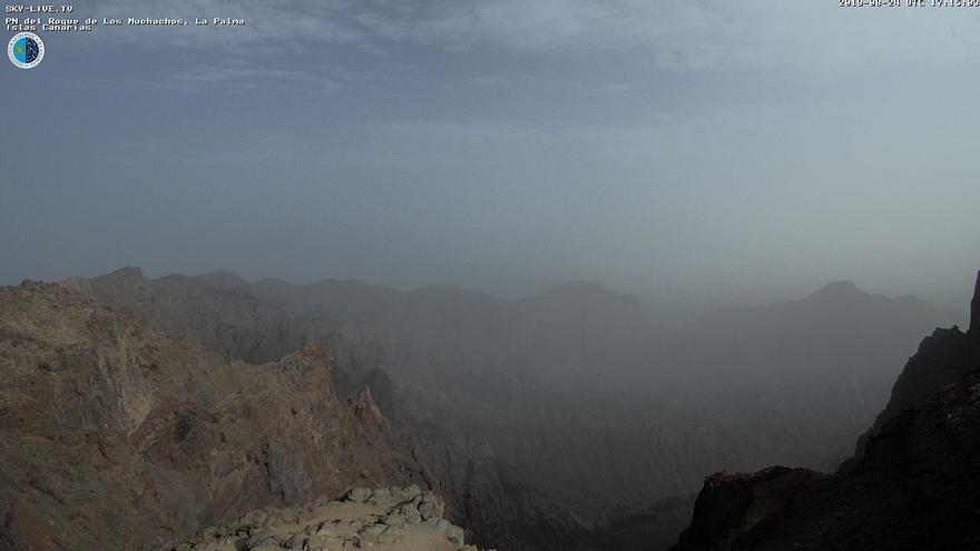 Imagen de las cumbres de La Palma, con calima, captada este sábado de la webcam de Sky Live TV del IAC en el Roque de Los Muchachos (Garafía).