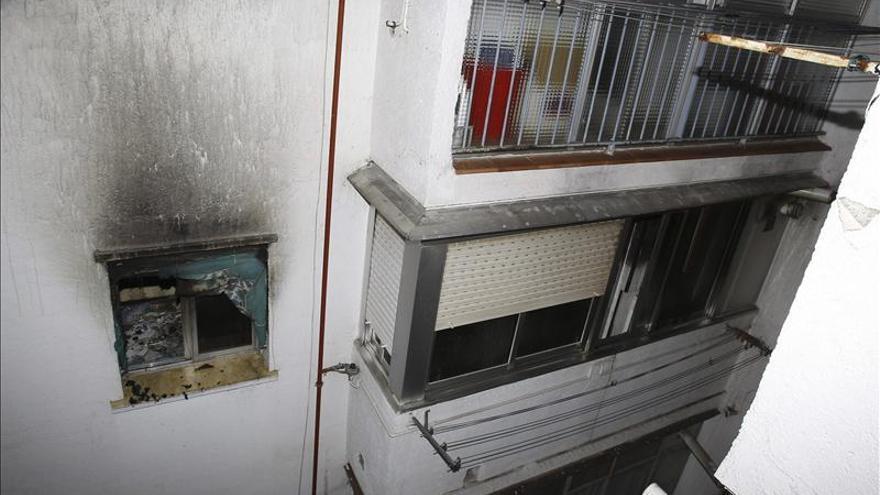 Cuatro intoxicados, uno grave, en el incendio de una vivienda de Madrid