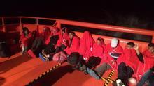 Rescatados 18 varones de origen magrebí de una patera localizada al sureste de la isla de Alborán