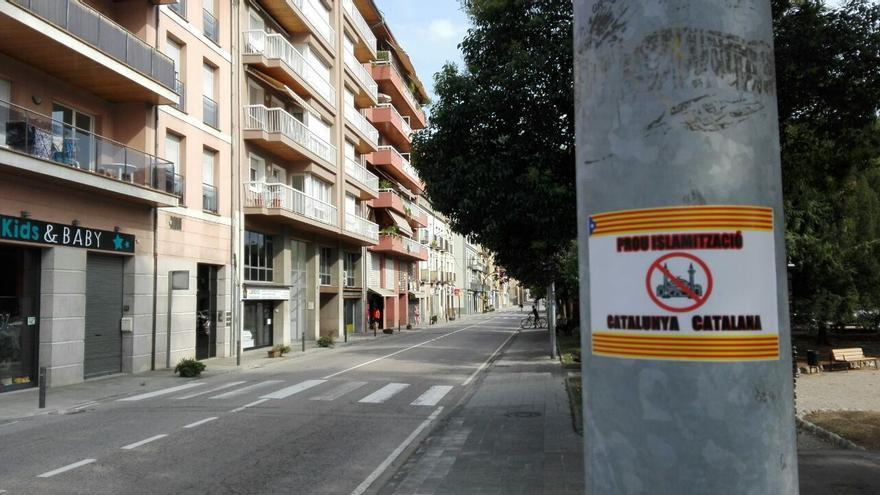 Cartel islamófobo en la calle Progrés, donde se encuentra la mezquita