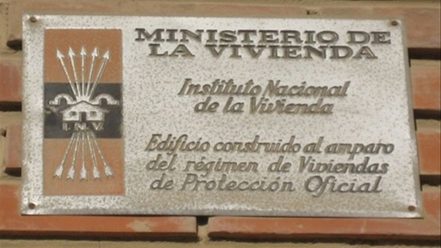 El yugo y las flechas del franquismo sobreviven en las fachadas de espa a - Casas proteccion oficial ...