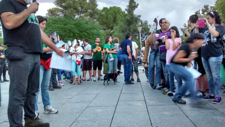 Manifestación a las puertas del Teatro Romano de Mérida en la gala de entrega de las Medallas de Extremadura